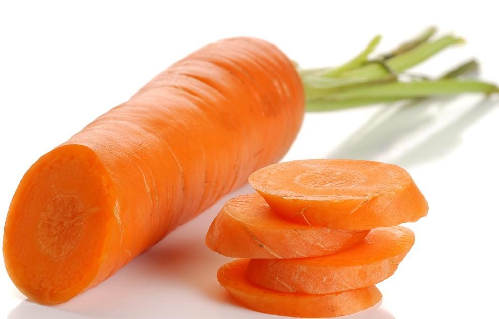 胡萝卜是一种质脆味美、营养丰富的家常蔬菜。据最新一期《大众医学》杂志介绍,美国科学家的最新研究又证实:每天吃两根胡萝卜,可使血中胆固醇降低10%~20%;每天吃三根胡萝卜,有助于预防心脏疾病和肿瘤。 那么,胡萝卜应该怎么吃呢? 人们并不是很清楚。人们对胡萝卜的习惯吃法是生吃、切成丝和粉丝等凉拌后吃食,或者是切成片同其他蔬菜炒食。殊不知,这都不符合营养原则。因为胡萝卜中的主要营养素是-胡萝卜素,它存在于胡萝卜的细胞壁中,而细胞壁是由纤维素构成,人体无法直接消化,唯有通过切碎、煮熟及咀嚼等方式,使其细胞壁破碎