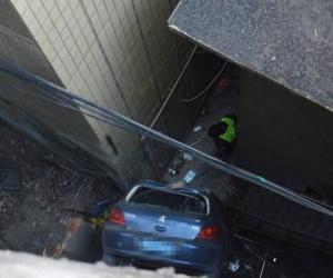 四川一小轿车冲下10米高堡坎 致1死1伤