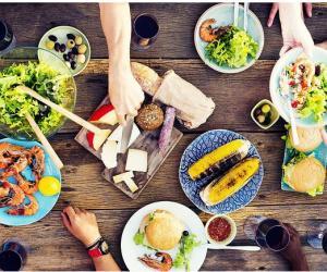 吃饭时做这12件事最伤身,你可能不止做了一件