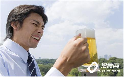 要慢慢喝酒,不时地停顿一下,喝酒时不要喝碳酸饮