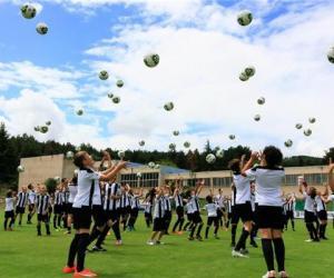 共享足球盛宴,百岁山陪伴尤文图斯小小少年快乐成长